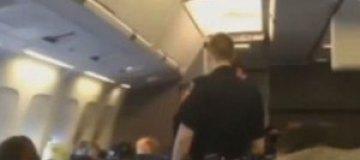 Самолет вынужденно сел из-за распевавшей хит Хьюстон пассажирки