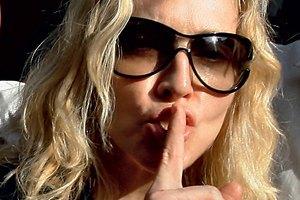 Французские националисты засудят Мадонну за свастику на лбу