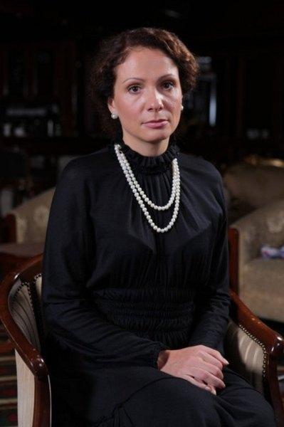 Для фотосессии нардеп выбрала черный наряд с белым жемчугом