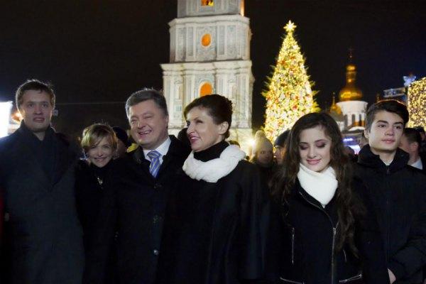 Президент вышел в люди со всеми детьми и невесткой, только внука не захватили