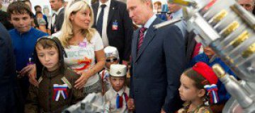 На Путина напали дети в маскарадных костюмах