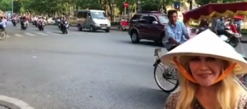 Повалий на отдыхе во Вьетнаме примеряла нон и решила купить мопед