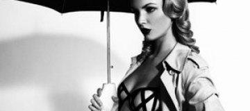 Полуголая Летиция Прайс рекламирует зонты