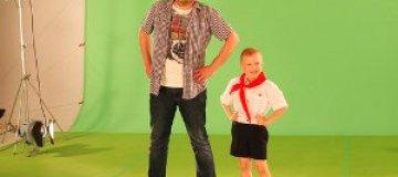 Антон Лирник снял клип о пионерском детстве