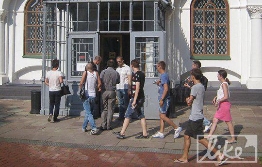 По территории Михайловского собора за Мадонной ходили поклонники