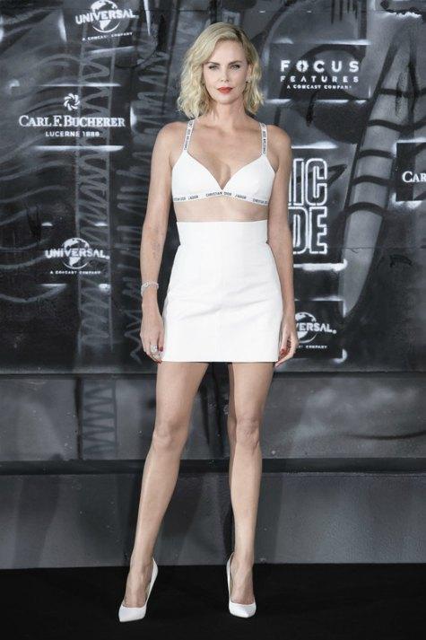 Летом 2017-го Шарлиз Терон уже оправилась от дерпессии и демонстрировала идеальные ножки на премьере своего фильма
