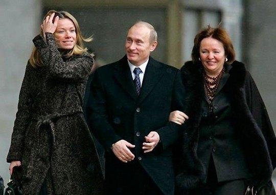 Владимир Путин с женой Людмилой и дочерью Екатериной