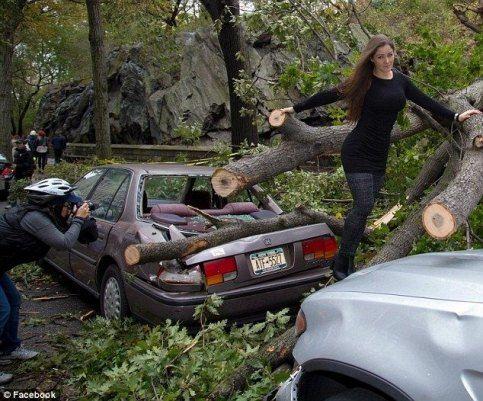 Нана Гувэа решила сфотографироваться на фоне разрушений