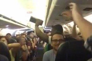 Застрявшие в самолете пассажиры устроили концерт