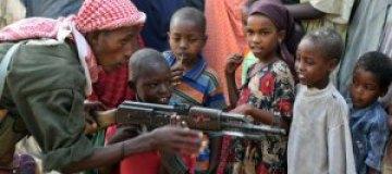 Сомалийское радио наградило детей автоматами и гранатами