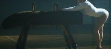 """Кайли Миноуг сексуально виляет ягодицами на спортивном """"козле"""""""
