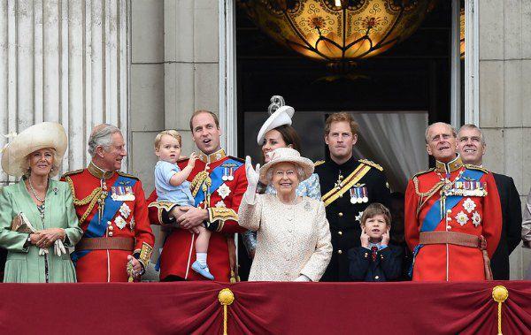 Слева направо: новая супруга принца Чарльза Камилла Паркер-Боулз, принц Чарльз, принц Уильям с маленьким принцем Джорджем, королева, герцогиня Кембриджская Кэтрин, принц Гарри, супруг королевы принц Филипп, принц Эндрю