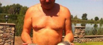 Анатолий Гриценко посветил голым торсом на рыбалке