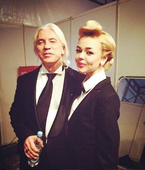 Алина Гросу позирует с Дмитрием Хворостовским. Девушке 20 лет, хотя по фото и не скажешь