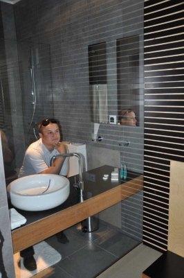В гостинице прозрачная душевая