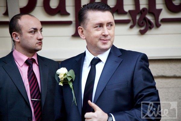 Николай успокоился, когда увидел автомобиль с невестой