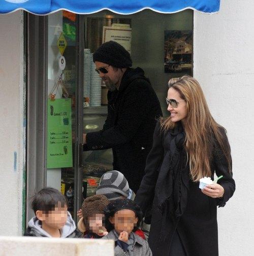 Анджелина Джоли с Брэдом Питтом и детьми в Венеции