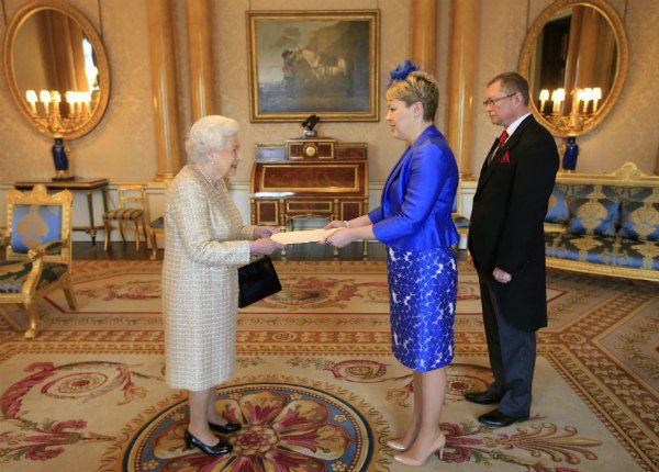 Наталья Галибаренко вручает верительные грамоты королеве Елизавете