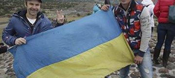 Святослав Вакарчук развернул флаг Украины в Мексике