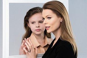 Ольга Фреймут разрисовывает заборы с дочкой