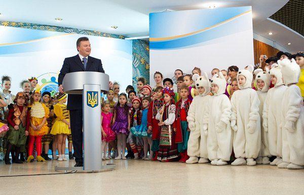 """Янукович посетил """"Страну юных мастеров"""""""