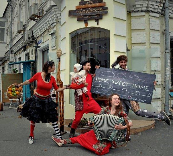 """Даша Плахтий (в центре с гармошкой) с друзьями создала """"кафе без цен"""""""