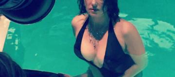 Роскошная Моника Белуччи соблазнительно позировала в бассейне