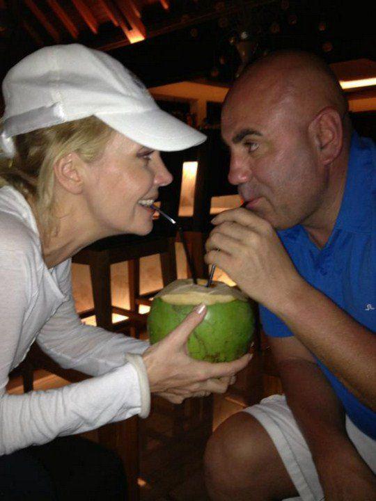 Валерия с мужем и кокосом
