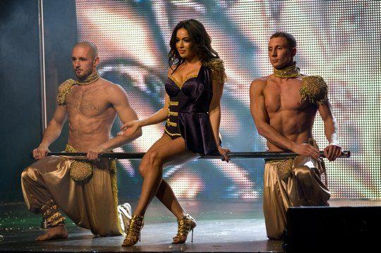 Ведущая шоу танцовщица Varda