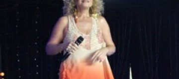 56-летняя Лариса Долина вернулась к коротким платьям