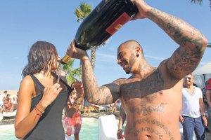 Тимати искупал друзей в шампанском по 100 евро за бутылку