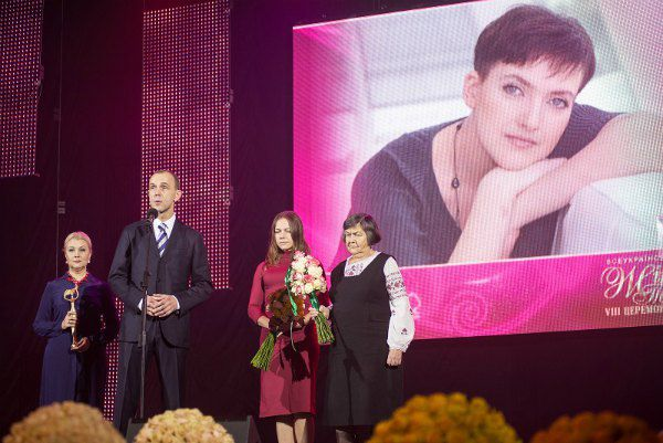 Андрей Кожемякин вручает награду матери Надежды Савченко