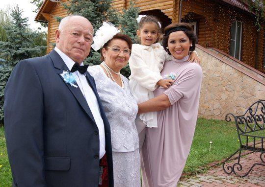 Галлина с родителями и дочкой