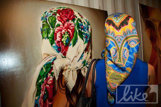 Основным объектом выставки стали цветные платки, как дань традиции женского наряда