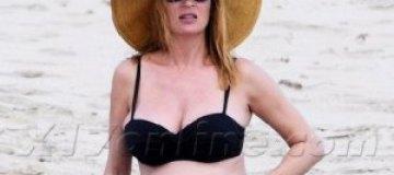 Беременная Ума Турман показала живот на пляже