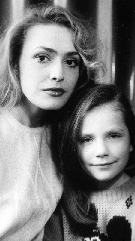 С отцом Тони Евгением Паперным актриса развелась, когда дочери был годик