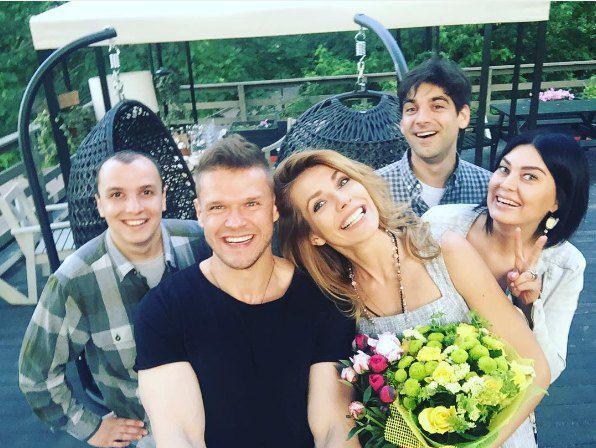Антонина Паперная и Яглыч (в центре) с друзьями