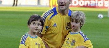 Cыновья Шевченко погоняли мяч с Тимуром