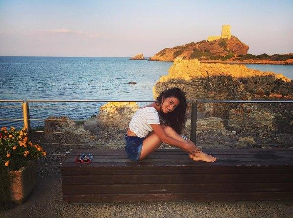 Злата Огневич изучает достопримечательности Сардинии