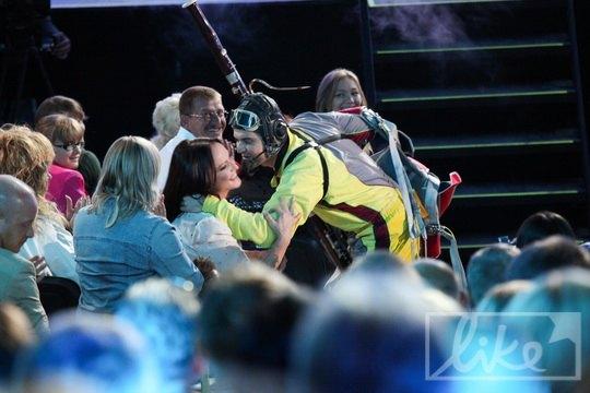 """Руслан Квинта посвятил свой тысячный прижок с парашютом Софии Ротару и в зале """"Юбилейного"""" появился в обмундировании"""