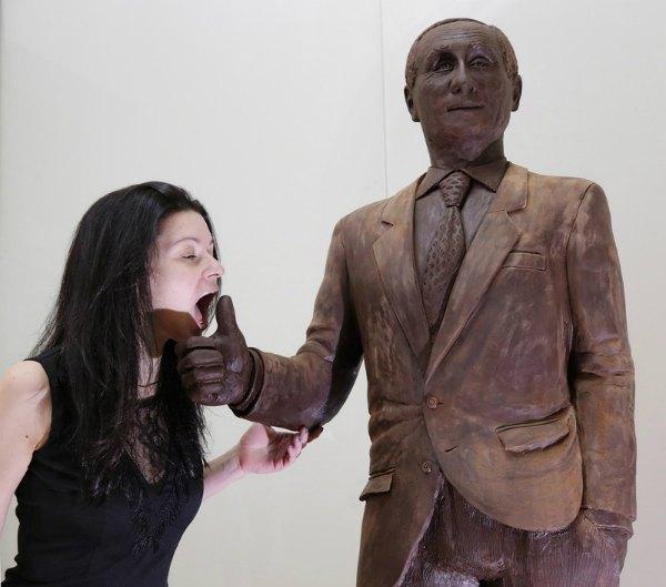 А теперь скульптура приводит в восторг питерцев