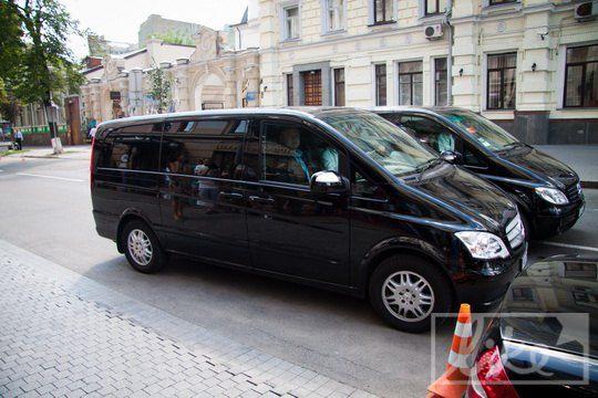 Организаторы испугались поклонников и представителей СМИ у входа в гостиницу и решили заехать через паркинг
