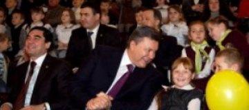 Янукович отвел в цирк президента Туркменистана