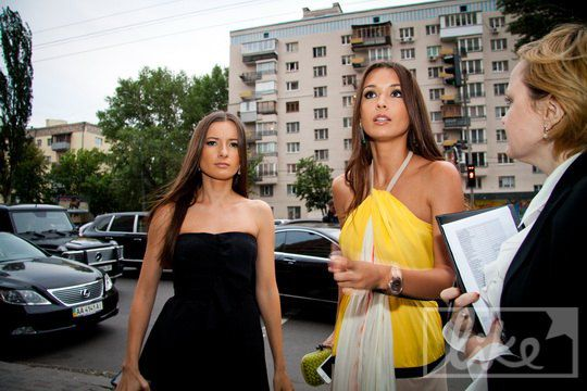 Елизавета Ющенко с подругой на открытии бутика Valentino