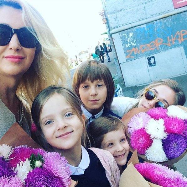 Снежана Егорова отвела детей в школу без экс-супруга Мухарского