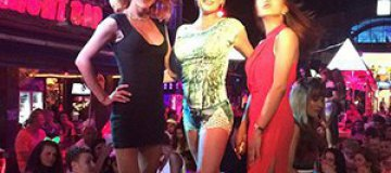 Волочкова развлекается с трансвеститами в Таиланде