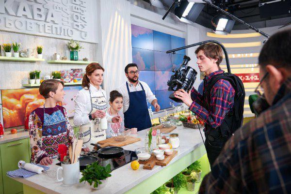 Марина Порошенко с юными помощницами на кухне Руслана Сеничкина