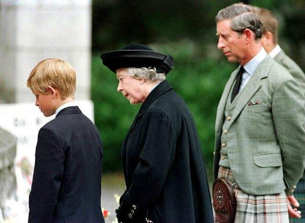 Королева с внуком принцем Гарри и сыном принцем Чарльзом на траурных мероприятиях после смерти принцессы Дианы в 1997 году