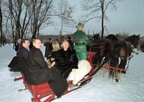 Президент России Владимир Путин с женой Людмилой в традиционных русских санях в 2000 году