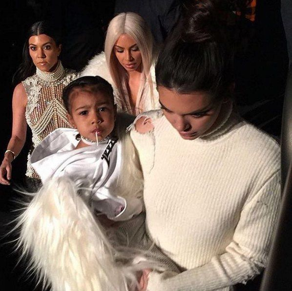 Дочка Ким Кардашьян и Канье Уэста Норт на руках у Кендалл Дженнер